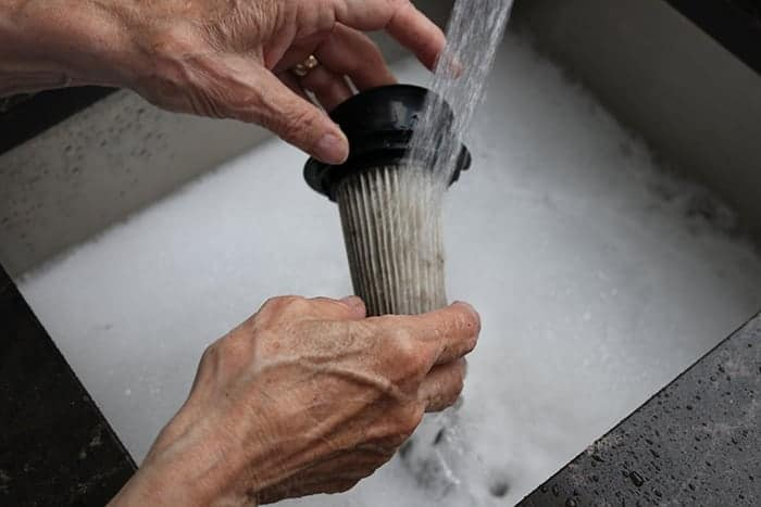 Cleaning the filter of the stick vac