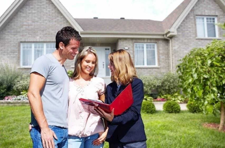 couple-realtor-buying-house